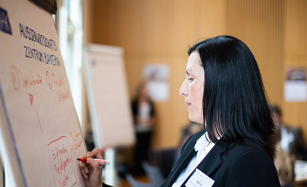 A person writes on a flip chart. Photo: Christian Klant